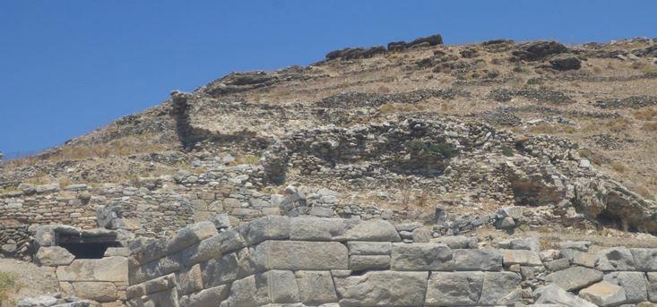 Η αρχαία Μινώα, περιελάμβανε το κεντρικό τμήμα του νησιού με τα σημερινά χωριά Χώρα και Κατάπολα. Στα Κατάπολα, ένα από τα καλύτερα προστατευμένα φυσικά λιμάνια των Κυκλάδων, στην κορυφή του λόφου της Μουντουλιάς, σώζονται τα ερείπια του οικισμού της Μινώας, που ιδρύθηκε από Σαμίους αποίκους τον 7ο αιώνα π.Χ Μόνη όμως η Μινώα της Αμοργού έχει με βεβαιότητα ταυτιστεί, ενώ είναι γνωστό ότι υπήρξαν και άλλες Μινώες εκτός των Κυκλάδων, στη Σάμο, στην Παλαιστίνη, στα Μέγαρα και στη Σικελία.