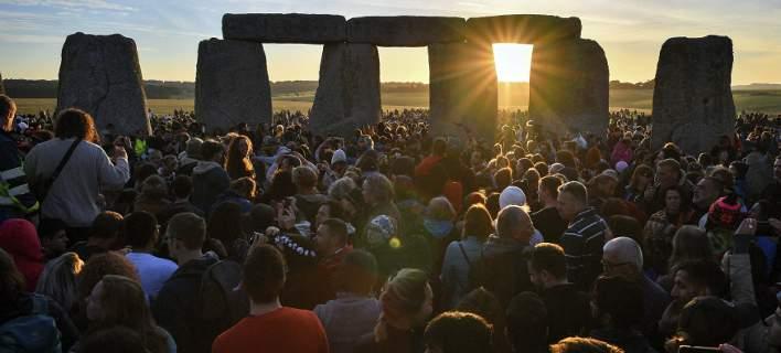 9.500 Βρετανοί περίμεναν σήμερα να φωτογραφήσουν την ανατολή του ήλιου